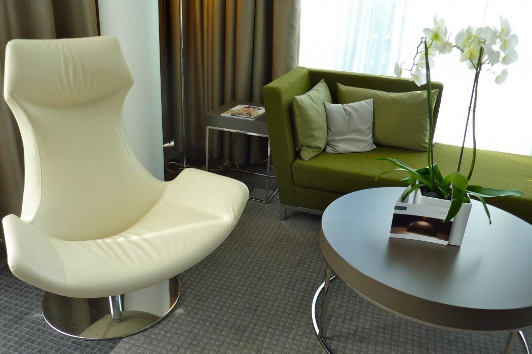 Salon équipé de meubles contemporains