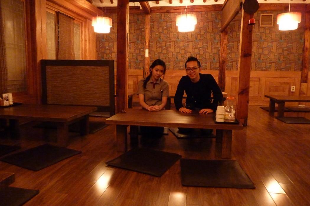 La serveuse et moi, dans le restaurant, assis à la coréenne