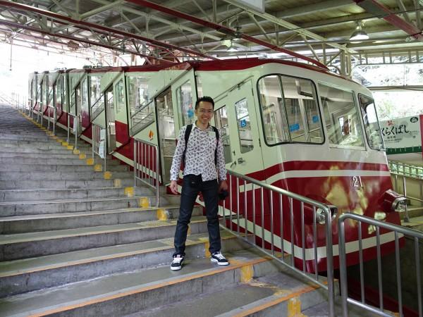 david-minh devant le cable car tramway pour atteindre le mont Koya