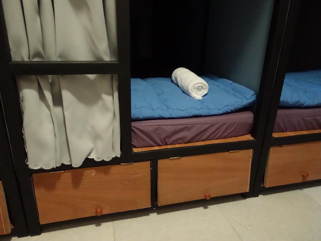 On vous fournit une serviette de bain et vous avez un tiroir pour ranger vos affaires en plus du placard pour vos bagages.