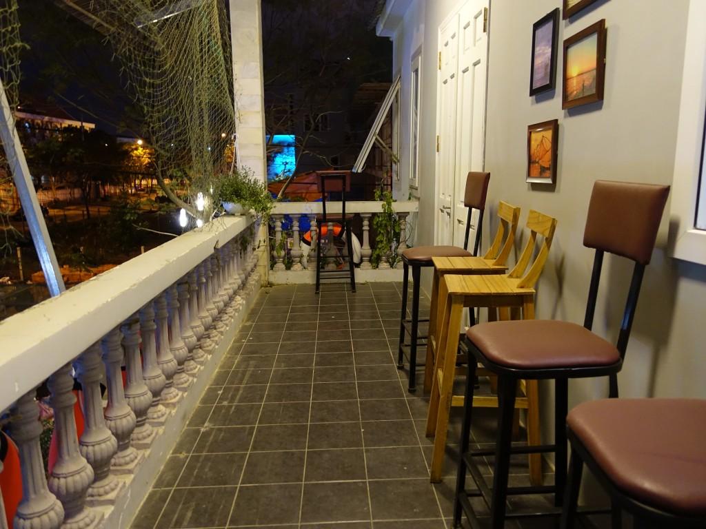 Il fait chaud, les soirées sont douces, l'ambiance permet de passer de longues soirée à discuter entre amis ici.