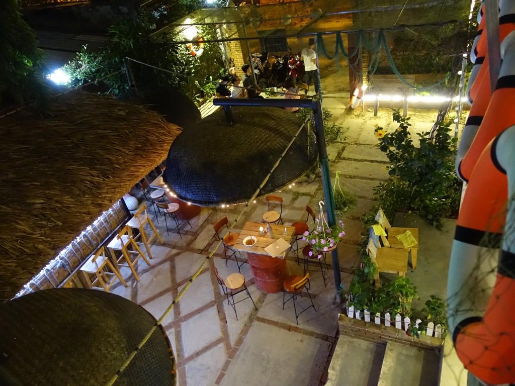 Vue de la terrasse sur le bar en bas