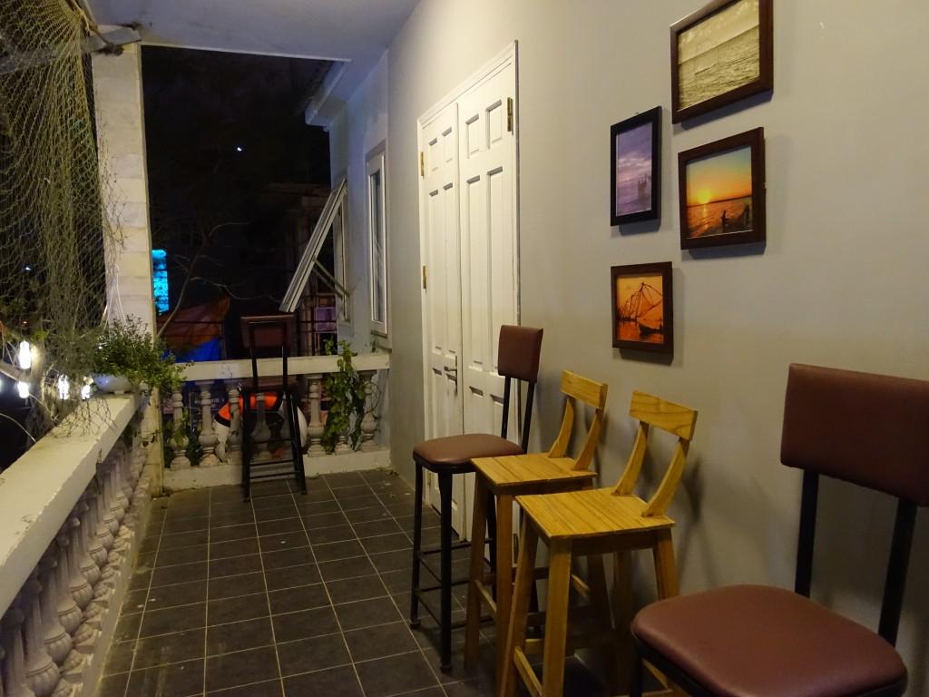 Les grandes portes blanches permettent d'isoler le bruit venant de l'extérieur pour préserver le calme des dortoirs.